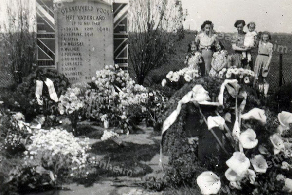 F3717<br /> Oorlogsmonument bij de Klinkenbergerbrug. De foto is waarschijnlijk uit 1945, vlak na een herdenking.<br /> v.l.n.r:  Ria Lascaris - Aly Berg - Tiny Lascaris - Mevr. Lascaris met op haar arm Lyda (geb. 1943) en een logee. (Lidy Bertels uit Den Haag)