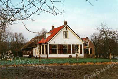 F0097 <br /> De boerderij van Wim van Rijn, in 1970 gekocht van C. Rotteveel en vanaf 1972 door hem bewoond. Mevr. Van Knobelsdorff raadde hem af het pand te kopen i.v.m. de plannen van de gemeente om de Westerstraat door te trekken naar de Carolus Clusiuslaan. De boerderij is ca. 300 jaar oud. Het huis is niet onderheid vanwege de zandplaat eronder en het staat op een lage fundering van losse stenen (ca. 50 cm hoog). Wim liet de oude schuiframen en de deur vervangen. In de hoek van de kamer vond hij een luik met daaronder een emmer zand; voor in het geval van brand. Foto: 1998