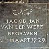 F0102c<br /> Bij de verbouwing van de  Ned.-herv. Kerk of Dorpskerk in 1923 werden bijna alle grafzerken en tegels uit de kerk verwijderd en ze werden rondom de kerk in de grond gestopt. Vanaf 1997/98 is koster S. Vliem bezig een aantal zerken weer in de kerk te plaatsen. De gebroken exemplaren zijn vervangen door nieuwe; daarbij is de oorspronkelijke tekst weer in de steen gegraveerd. De andere zijn zo goed mogelijk schoongemaakt. De teksten die op de stenen staan, heeft de heer Vliem uit de oude grafboeken gehaald. De kosten heeft hij geheel voor eigen rekening genomen. Foto: 1998.