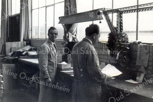 F3595<br /> Drukkerij de Gruijter in Sassenheim. Links staat Piet Nieuwint en rechts Klaas Overvliet.