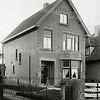 F0869 <br /> Huis aan Hoofdstraat 351, voorbij het kruispunt Sassenheim-noord. Het pad links ervan is de toegang naar de erachter gelegen bollentuin De Krocht (fa. L. van Leeuwen & Zn, later o.m. ook W. Kruik, Roosa & Wilbrink, H.Roosa, C.Wilbrink & Zn).<br /> <br /> Collectie Oudshoorn 105: Hoofdstraat 351. Foto: vóór 1921.<br /> 1.
