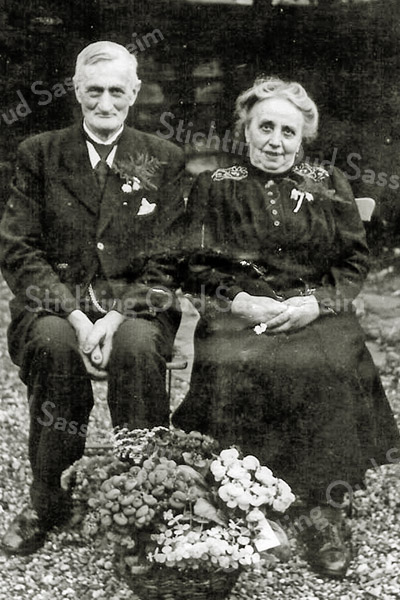 F2715<br /> Op de boerderij op de hoek Kerklaan/Boschlaan woonde Willem van Rijn (1886-1962). Hier ziet u hem met zijn tweede echtgenote Johanna Smit bij een feestelijke gelegenheid.