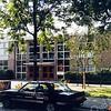 F0249a <br /> In het pand op deze twee foto's was eerst de chr. mavo gevestigd. De mavo is later overgegaan naar het Rijnlands Lyceum, die ook een tijdelijke  vestiging had aan de Van Alkemadelaan. Het pand is inmiddels gesloopt en op deze plek is in 1997 het gebouw van de openbare school Het Bolwerk gebouwd. Foto: 1990.