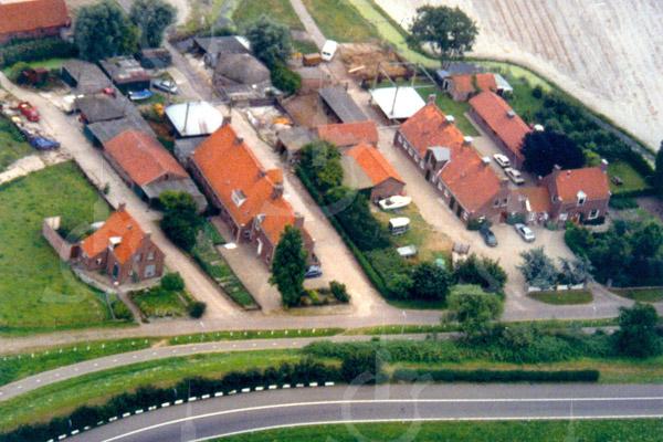 F0735 <br /> Luchtfoto van de in 1946 herbouwde boerderij van L. Ciggaar (rechts) en van de eveneens in dat jaar herbouwde boerderij van de fam. Koot (links). Beide boerderijen zijn gebouwd in de na de oorlog in zwang zijnde stijl van de Amsterdamse School, de stijl van 'het nieuwe bouwen'.  Dit zijn zogeheten wederopbouwboerderijen (nieuwgebouwd vlak na de oorlog). De oorspronkelijke boerderijen waren op 20 maart 1945 door een Engels bombardement zwaar beschadigd.