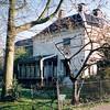 F0071 <br /> Huize West End, nu van links gezien. Het moet indertijd een riant huis geweest zijn, wat blijkt uit de aangebouwde serre. Het pand ziet er verpauperd uit. Achter het huis is een gedeelte van de vroegere St. Annaschool te zien; sinds 2003 is daar de Vomar gevestigd. Foto:1995.