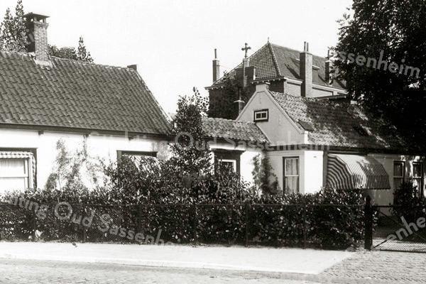 F2077<br /> Het huis van de fam. A.W. Tijssen aan de Hoofdstraat nr. 190. De jongensschool St. Pancratius torent boven het pand uit.