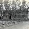 F0813 <br /> Aan het einde van de Teijlingerlaan bouwde J.P. Oudshoorn in 1906 een klein bollenhuis en twee woningen voor de families H. de Haan en Kühn. Kühn had daar een narcissenkokerij.  Nu (2016) woont hier op nummer 71 al tientallen jaren de fam. De Zwart. Rechts is nog een gedeelte van de oude brug te zien – nu de Houtvestersbrug. Foto: vóór 1921.<br /> <br /> Collectie Oudshoorn 041: bollenhuis en twee woningen H. de Haan 1906- Kühn. Teijlingerlaan 71 en 73.