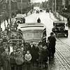 F3492<br /> De Bussenoorlog. De chauffeur van een bus weigert een agent toe te laten en de bus aan de kant te zetten. Er was een conflict tussen de overheid en de busmaatschappijen. Locatie: Sassenheim voor het kerkplein van de r.-k. kerk St.Pancratius. Het huis linksachter is Zonnehof. Foto: 1935