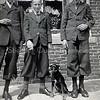 F3771<br /> Drie heren met hond en met een sigaret op de foto. Links Niek van Nobelen, rechts Gerard van Nobelen en in het midden Gerard van der Meij.