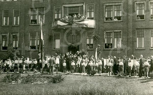 F4393<br /> Een grote menigte voor de St. Bernardus. Foto: 1950
