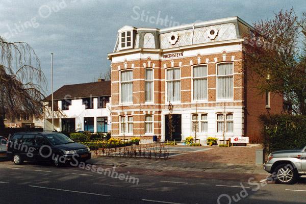 F1116 <br /> Huize Vredesteyn aan de Hoofdstraat, het kantoor van notaris Schrama. Het huis is gebouwd in 1881 door J. Kruijff en heette toen Villa Nella, genoemd naar Kruijffs echtgenote. De latere bewoner, dhr. K. Klijn herdoopte het in 'Vredesteyn'. Foto: 2006.