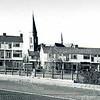 F0468 <br /> Parkweide, een complex van bejaardenwoningen aan de Parklaan met de St. Pancratiuskerk op de achtergrond. U ziet hier nog een brug in de Parklaan. Daar liep nog een sloot onderdoor. Die liep tot de Bollenschuur van Baartman & Koning, waar De Hooge Wei is. Later kwam er een duiker voor in de plaats.