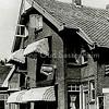 F1552 <br /> Twee winkelpanden aan de Charbonlaan. Rechts de winkel en het woonhuis van Foto Turk; links de snoepwinkel van Kees van Diest. Later is Foto Turk verhuisd naar de Hoofdstraat. In de panden op de foto zijn nu (2016) een kapsalon en een stomerij gevestigd.