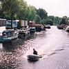 F2563<br /> Gezicht op de Sassenheimervaart vanaf de Oosthavenbrug in de Parklaan. Links de Oosthaven met de brandweerkazerne.  Foto: 2003.