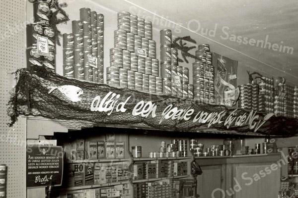 F3409<br /> Het interieur van de kruidenierszaak van Jan van der Klugt