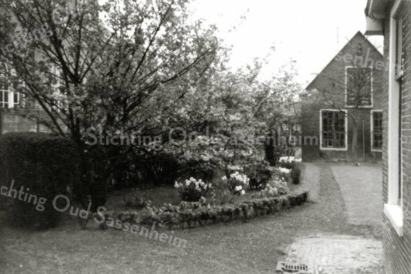 F0570 <br /> Gezicht vanuit het huis van de fam. Van der Voort (Hoofdstraat 169) op de oudste bollenschuur van Sassenheim. Dhr. Van der Voort had geen exportbedrijf, maar was uitsluitend kweker. Foto: 1962.