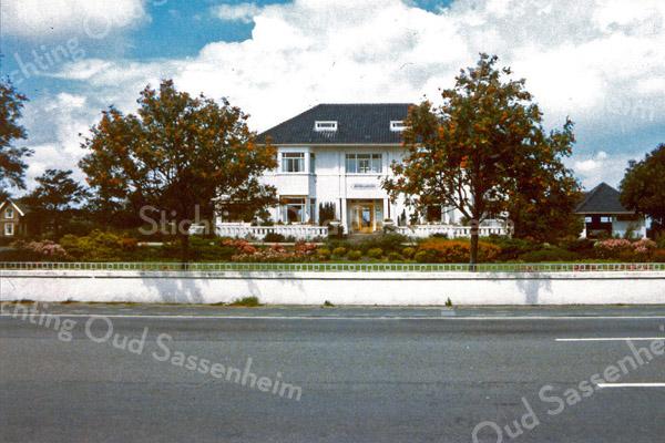 F0125 <br /> De villa Beukenrode aan de Hoofdstraat. Vroeger de villa van de bollenkweker Pleun Krouwel. Hij was gehuwd met een dochter van de bekende familie Speelman. Later (1998) wordt het pand bewoond door de weduwe Bader-Heemskerk.
