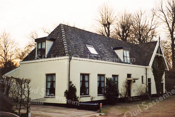 F0902<br /> Voormalige wagenschuur en koetshuis bij de boerderij op het landgoed Ter Leede. Het pand is geheel gerestaureerd en als woning ingericht. Het wordt bewoond door de fam. Kroes, eigenaar van een textieldrukkerij in Nieuw Vennep. Foto: 1998.