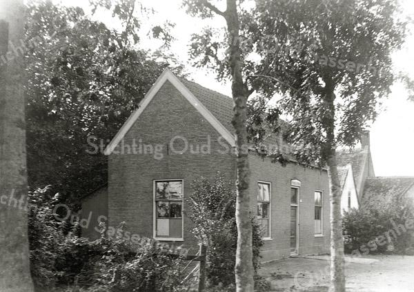 F0805 <br /> De christelijke fröbelschool aan de Kerklaan, gebouwd in 1891 door J.P. Oudshoorn, later Christelijke Kleuterschool geheten.  De school stond ter hoogte van de tegenwoordige (2016) zijingang van het park en werd afgebroken in 1972/1973. Daarachter zien we de daken van de 17de-eeuwse boerderij Rusthoff van Charbon, die werd afgebroken in 1928 voor de woningbouw. Foto: vóór 1921.<br /> <br /> Collectie Oudshoorn 002: fröbelschool 1891.
