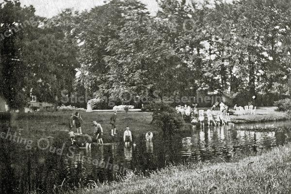 F1239 <br /> De vijver voor Het Oude Koningshuys. De familie Kruijff heeft in 1916 Het Oude Koningshuys verlaten. De heer Frijlink had zich ingespannen om  Duitse kinderen in het gastvrije Nederland een vakantie te geven. Ze verbleven dus waarschijnlijk ook in het Huis en vermaakten zich bij de vijver. Foto: juli 1919.