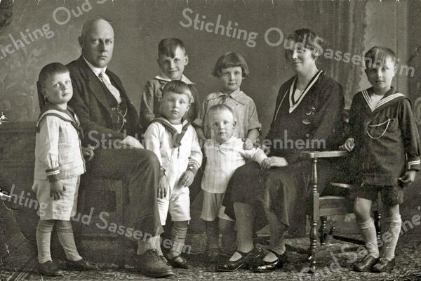 F3171<br /> Het gezin van Cornelis Kiebert. Op 3 juli 1919 trouwde hij met de Sassenheimse Cornelia van Reisen. Ze kregen zeven kinderen waarvan Kees en Johan in 1952 in de zaak (Kiebert Bouwbedrijf B.V.) kwamen.