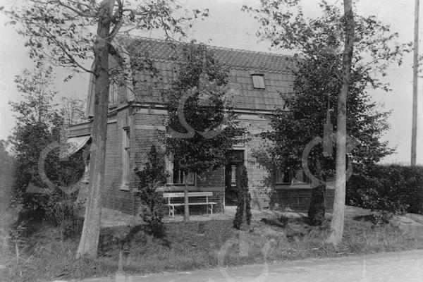F0760 <br /> Een in 1902 gebouwde arbeiderswoning aan de Hoofdstraat op nummer 1. Het staat recht tegenover de Warmonderweg en is in het begin van deze eeuw gesloopt. Vele jaren heeft hier de fam. De Mooy gewoond. Foto: vóór 1921.<br /> <br /> [Collectie Oudshoorn 028: arbeiderswoning 1902 Ridder van Pauw van Wieldrecht. (tegenover Warmonderdam- J. Hoogstraten). Hoofdstraat 1.]
