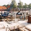 F2458<br /> Nieuwbouw van het appartementencomplex Sassemerhof aan de Parklaan. Op de achtergrond zien we de gemeentegarages en de brandweerkazerne. Foto: 2000.
