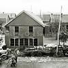 F1030 <br /> Een van de weg af geraakte vrachtwagen, geladen met witte kool. De foto is genomen vanuit villa Vredesteyn aan de Hoofdstraat. Foto: 1942/1943.