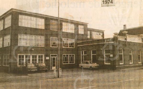 F4317<br /> Een krantenfoto van het bollenbedrijf van Zonneveld & Philippo. Kort nadat de foto is gemaakt is het pand gesloopt om ruimte te maken voor woningbouw. Foto: 1974