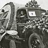F3237<br /> De bedrijfswagen van H. Verdegaal & Zn wordt gebruikt voor het bloembollencorso van 1948. Op de bijrijdersplaats zit Hein Verdegaal.