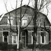 F0562 <br /> Woonhuis van de fam. J. v.d. Geest, Zandslootkade nr. 14, met lindebomen voor het huis. Het huis is ca. 1870 gebouwd en is in januari 1981 gesloopt ten behoeve van de bouw van woningen aan de Prins Clausstraat. Foto: eind jaren '70.