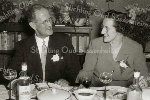 F1936<br /> Het 35-jarig huwelijksfeest van Leendert van Leeuwen en mevr. J.G.W. van Leeuwen-le Grand. Zij waren de ouders van adelborst Leendert van Leeuwen jr., naar wie de Adelborst van Leeuwenlaan is vernoemd. Het gezin heeft jarenlang gewoond in De Schulp op Hoofdstraat 345. Foto: 1953.<br /> Zie het levensverhaal van Leendert van Leeuwen in het Stratenboek van Sassenheim, pag. 19.  Zie ook foto's nr. 1938, 1940 en 1941.