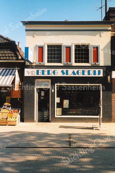 F1590b <br /> De winkel van slager Van der Berg (voorheen Corn. P. van der Meij en daarvoor Van der Vliet). Het pand werd gesloopt in 2003 en vervangen door nieuwbouw. Foto: 2000.