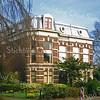 F0522 <br /> Huize Vredesteyn aan de Hoofdstraat. Het huis is gebouwd in 1881 door J. Kruijff en heette toen Villa Nella, genoemd naar de echtgenote van Kruijff. De latere bewoner dhr K. Klijn herdoopte het in 'Vredesteyn'. Tijdens de oorlog hadden de Duitsers het in bezit genomen. Na verschillende bewoners te hebben gehad (o.a. een gezinsvervangend tehuis) is er nu in 2016 al vele jaren Notariskantoor Schrama gevestigd. Zie de boekjes 'Sassenheim in oude ansichten' en 'Sassenheim in grootmoeders tijd'. Foto: 1999..