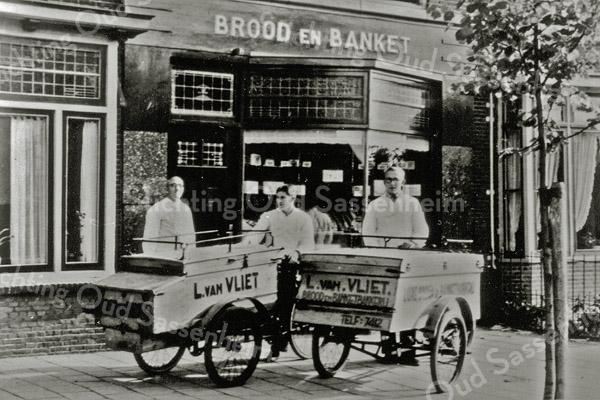 F0547 <br /> De bakkerswinkel en het woonhuis van L. van Vliet aan de Hoofdstraat 130. Links L. van Vliet, rechts zijn zoon Kees van Vliet. In het midden Jan van Nieuwkoop. Foto: ca. 1947.