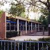 F0667a <br /> Schoolgebouw (oostzijde) aan Kagerdreef 90. In 1973 in gebruik genomen als tweede openbare lagere school in Sassenheim, onder de naam O Dreef. In de jaren '80 gingen de openbare basisscholen over naar Het Bolwerk aan de Parklaan (voormalige Parkschool, thans S.C.C. 't Onderdak). De chr. basisschool Het Anker kwam toen in het gebouw aan Kagerdreef 90. Deze school verhuisde later samen met de chr. basisschool aan de Jacoba van Beierenlaan naar de nieuwgebouwde chr. basisschool De Rank aan de St. Antoniuslaan. In het schoolgebouw aan Kagerdreef 90 is, na een grondige verbouwing, sinds 2002 kringloopwinkel Op Dreef gevestigd. Foto: 1999.