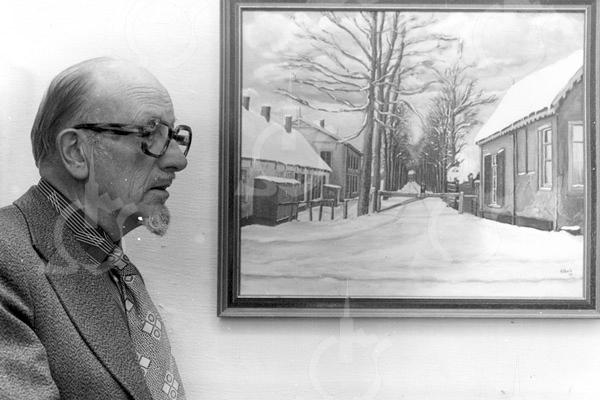 F4037 <br /> Fotograaf Bonte had zijn fotozaak aan de Teijlingerlaan 7, nu is er een pizzeria gevestigd. Dat hij niet alleen fotograaf was, maar ook goed kon schilderen is op deze foto wel te zien. Het meest rechtse gedeelte van de lage huisjes links, is de plek waar hij zijn bedrijf had. Het pand wat er achter is afgebeeld staat er nog steeds en wordt gebruikt als mode winkel. Verder zien we de tol en het tolhuis in wintertooi. Dit schilderij is gemaakt naar een foto uit 1915.