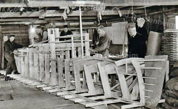 F3239<br /> De firma J. Dijkstra & Zn kreeg de opdracht van de H.A.L. voor het maken van deze corsowag. In de werkplaats wordt het houten frame van de oceaanstomer gebouwd. Aan de rechterkato staan Jan en Ep Dijkstra met daartussen vader Egbert Dijkstra.