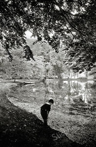 F1398 <br /> Een jongen in Park Rusthoff te Sassenheim. Het park is door de gemeente aangekocht en opengesteld voor publiek in 1917.