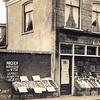F3251<br /> De groentewinkel van Nederstigt aan de Hoofdstraat, die gevestigd was naast het huis van Juffermansn  de tabakswinkel van Van Loo.