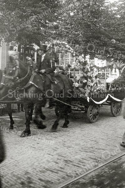 F1151 <br /> Feestelijke herdenking 1813-1913, het Onafhankelijkheidsfeest, dat op 17 en 18 september 1913 gevierd werd. We zien een versierde boerenkar in de Hoofdstraat.