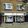 F0302 <br /> De uitverkoop bij de winkel van Noordermeer in kleinvakartikelen, textiel etc. aan de Hoofdstraat. Nu (2016) is daar het eetcafé De Voogd. Links de voormalige kruidenierswinkel van Van Nieuwkoop, die vanwege de concurrentie van supermarkten in een snuffelshop is veranderd; nu is daar een café. Rechts de voormalige slagerij van Persoon, waar op de foto de witgoedhandel van Jan Westgeest is gevestigd; nu is daar een kapsalon. Foto: 1987.