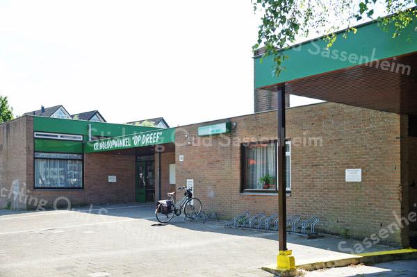 F3092<br /> Kringloopwinkel 'Op Dreef' aan Kagerdreef 90. In 1973 is dit gebouw in gebruik genomen als tweede openbare lagere school in Sassenheim. In de jaren tachtig gingen de openbare basisscholen over naar Het Bolwerk aan de Parklaan (voormalige Parkschool, thans S.C.C. 't Onderdak). De Chr. Basisschool 'Het Anker' kwam toen in het gebouw aan Kagerdreef 90. Deze school verhuisde later samen met de Chr. Basisschool aan de Jac. Van Beierenlaan naar de nieuwgebouwde Chr. Basisschool 'De Rank' aan de St. Antoniuslaan. In het schoolgebouw aan Kagerdreef 90 is, na een grondige verbouwing, sinds 2002 de kringloopwinkel gevestigd. Foto: 2013