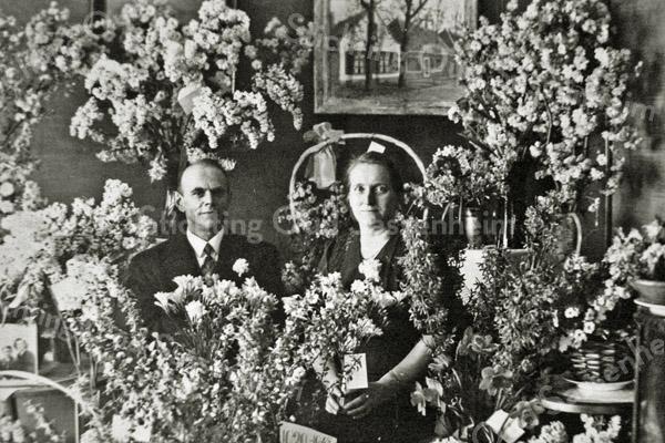 F2712<br /> De heer en mevrouw C. D. van Goeverden-Bergman bij het vijfentwintig jarig bestaan van hun winkel aan de Hoofdstraat, waar nu Bruna gevestigd is.