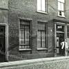 F0112<br /> Hoofdstraat 272, een kapperszaak. <br /> In 1931 is L.W. Willems (kapper) verhuisd van Oegstgeest naar Hoofdstraat 272, maar een half jaar later vertrekt hij weer naar Leiden. <br /> In 1932 staat G.L.(Godefridus Leonardus) Zandvoort geregistreerd op Hoofdstraat 272, samen met zijn vrouw Johanna Langeveld. In datzelfde jaar staat er een advertentie van kapper G.L. Zandvoort op Hoofdstraat 253. In 1927 woont hij Hoofdstraat 204.  In 1939 wordt deze heer Zandvoort niet meer vermeld in de kieslijst.<br /> Op de foto zou dus kunnen staan: dhr. Willems of dhr. Zandvoort