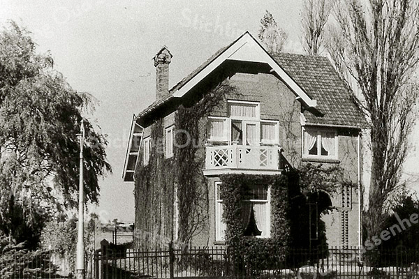 F2100<br /> Huize De Peppel, Hoofdstraat 335, vlak vóór de rotonde in Sassenheim-noord. De villa is gebouwd door C. Kiebert voor Koos van Reisen.