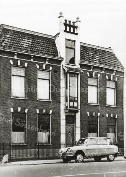 F2790<br /> Villa 'Transforma' van de fam. Speelman Het pand is in 1968 gesloopt voor uitbreiding en parkeerterrein van café 'De Oude Post'. 'Transforma' was als laatste in gebruik bij de bloembollenfirma Gebr. van Zonneveld & Philippo voor kantoordoeleinden