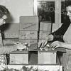 F0932b <br /> Personeel van Gebr. Van Zonneveld & Philippo, werkend in de bollenschuur. De dames zijn bezig met het verpakken en het verzendklaar maken van lelies. Links mevr. Tukker en rechts mevr. Molkenboer.