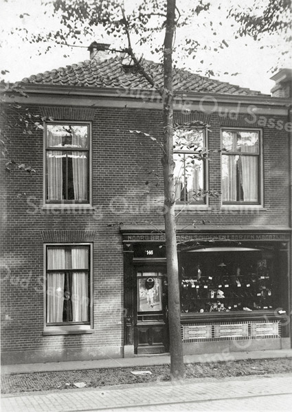 F0846 <br /> Collectie Oudshoorn 071: verbouw winkelhuis Th. Brouwer, Hoofdstraat 146, nu Hoofdstraat 212. <br /> Foto: vóór 1921.