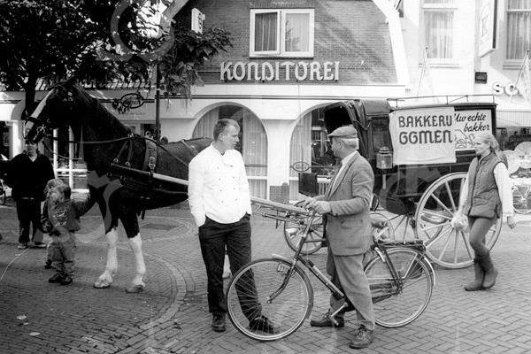 F4121 <br /> Konditorei Oomen op 'de dag van het brood'. Foto: 8-10-1994